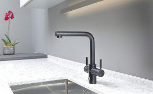 agua filtrada, cocinas, DAKE, grifería de cocina, grifos de cocina, InSinkErator, mecanismo de bloqueo de seguridad con palanca de empuje, regulador tradicional de temperatura, Velvet Black 4N1 Touch