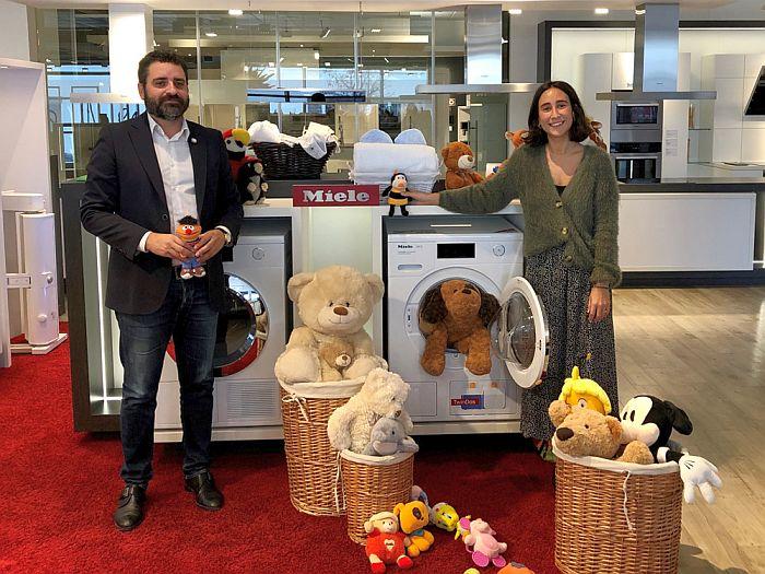 Pie de foto: de izquierda a derecha, José María Arroyo Bravo, presidente de la Asociación Sonrisas y Paloma Freyre, Marketing Communications Manager de Miele, con la campaña Un peluche, un ilusión.