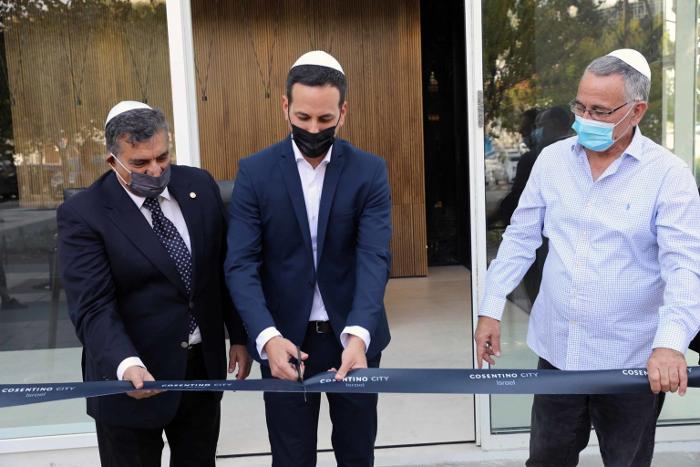 Foto: Mr. Israel Shimony, local partner;Mr. Adir Levi, Regional Director of Cosentino Israel; and Mr. Moshe Fadlon, Mayor of the city of Herzliya. Photo: Rafi Deloya